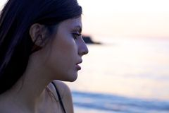 Femme triste pleurant pendant le coucher du soleil photos stock