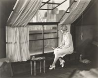 Femme triste regardant fixement fenêtre photos libres de droits