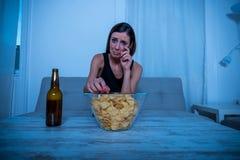 Femme triste regardant la TV Image libre de droits
