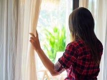 Femme triste regardant une fenêtre, à l'intérieur image libre de droits