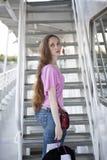 Femme triste sérieuse avec de longs cheveux et yeux bleus, portant T rose photos libres de droits