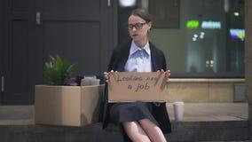Femme triste s'asseyant avec le carton recherchant un connexion du travail la rue banque de vidéos