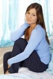 Femme triste s'asseyant sur son lit Images libres de droits