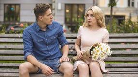 Femme triste se sentant coupable, regardant l'ami jaloux, couples ayant le combat images stock
