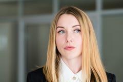 Femme triste songeuse pensive réfléchie de visage d'émotion photographie stock