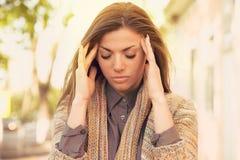 Femme triste soumise à une contrainte se tenant dehors Effort de style de vie de ville photos stock