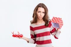 Femme triste tenant le boîte-cadeau vide Photographie stock