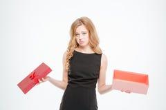 Femme triste tenant le boîte-cadeau vide Photos stock
