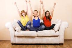 Femme trois heureux sur un salon Photos libres de droits