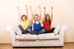 Femme trois heureux sur un salon Image libre de droits