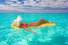 femme tropical de flottement de l'eau de radeau Images libres de droits