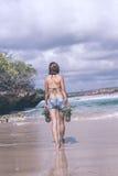 Femme tropicale sexy marchant sur la plage avec le fruit exotique d'ananas, île de paradis de Bali Concept de régime sain Image stock