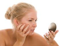 Femme trouvant l'acné Photographie stock