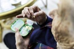 Femme turque pluse âgé prenant des pilules Photos stock