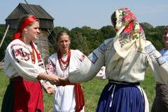 Femme ukrainienne dans la danse nationale de costume en cercle Image libre de droits