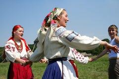 Femme ukrainienne dans la danse nationale de costume en cercle Images stock