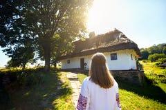 Femme ukrainienne dans le village ethnique photos stock