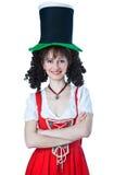 Femme un chapeau du jour de Patrick de saint s'usant Images stock