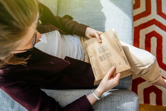 Femme unboxing déballant Amazone COM enferment dans une boîte Photos libres de droits