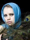 Femme une écharpe et avec une clavette dans une main Image libre de droits