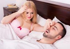 Femme Unsleeping et homme de ronflement Photo libre de droits