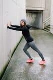Femme urbaine sur la séance d'entraînement de forme physique Images libres de droits