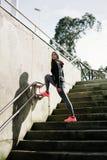 Femme urbaine sur la séance d'entraînement extérieure de forme physique Image libre de droits