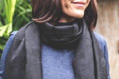 Femme utilisant l'écharpe chaude de cachemire sur un fond tropical photo stock