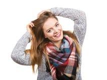 Femme utilisant l'écharpe de laine Image stock