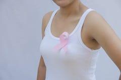 Femme utilisant la bande rose sur son coffre Image stock