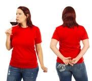 Femme utilisant la chemise rouge vide et buvant du vin Photographie stock libre de droits