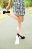 Femme utilisant la jupe à la mode et élégant chics Images libres de droits
