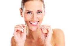 Femme utilisant la soie dentaire Photos libres de droits