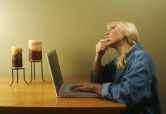Femme utilisant la série d'ordinateur portatif Photos libres de droits
