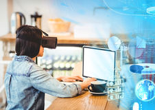Femme utilisant le casque de réalité virtuelle de VR avec l'interface image libre de droits