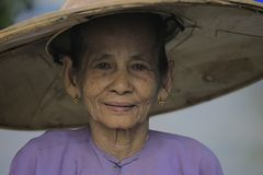 Femme utilisant le chapeau en bambou traditionnel Photographie stock libre de droits