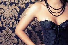 Femme utilisant le corset noir Photos libres de droits