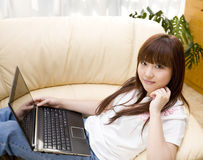 Femme utilisant le lapop à la maison Photographie stock libre de droits
