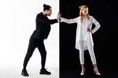 Femme utilisant le long chemisier blanc ne prêtant pas l'attention à son homme images libres de droits