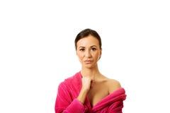 Femme utilisant le peignoir rose Images stock