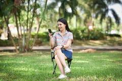 Femme utilisant le smartphone Photo stock