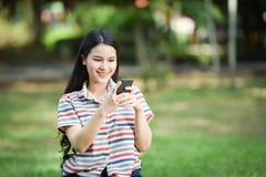 Femme utilisant le smartphone Photos libres de droits