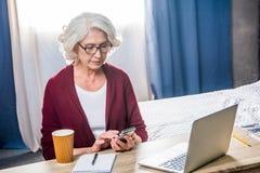 Femme utilisant le smartphone Image libre de droits