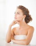 Femme utilisant les boucles d'oreille brillantes de diamant Photo stock