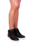Femme utilisant les espadrilles noires Photo stock
