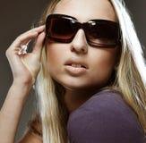 Femme utilisant les grandes lunettes de soleil modernes Image libre de droits