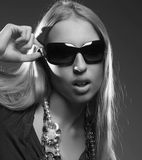 Femme utilisant les grandes lunettes de soleil modernes Photo stock