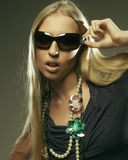 Femme utilisant les grandes lunettes de soleil modernes Image stock