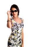 Femme utilisant les lunettes de soleil. Images stock