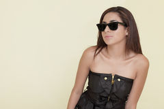 Femme utilisant les lunettes de soleil fraîches Photos stock